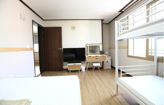 [Accommodation Highlight]  Cozy, clean Family room near airport